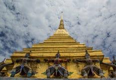Stupa dourado no phrakeaw do wat Foto de Stock