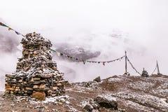 Stupa e bandiere buddisti Fotografia Stock