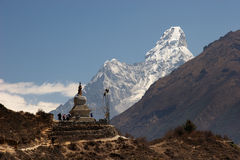 Stupa e montanha budistas de Ama Dablam, Nepal Fotografia de Stock Royalty Free