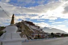 Stupa e Palazzo del Potala buddisti nel Tibet Fotografia Stock Libera da Diritti