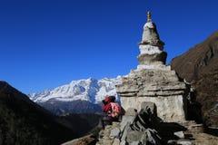 Stupa e trekker di Boudhanath dal Nepal Fotografie Stock Libere da Diritti