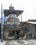 Stupa en el pueblo de Ngawal, Nepal Foto de archivo libre de regalías