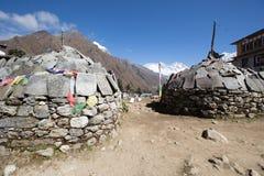 Stupa en la manera al campo bajo de Everest Foto de archivo