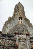 Stupa encrustó con la fayenza coloreada, Wat Arun Fotografía de archivo libre de regalías