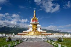 Stupa enorme en la ciudad de Ganzi Imagen de archivo