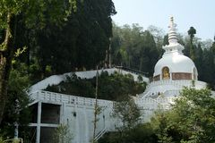 Stupa entre a natureza Imagem de Stock Royalty Free