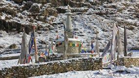 Stupa et indicateurs de prière Mémorial pour les gens qui sont morts en Lang Photos libres de droits