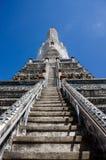 Stupa et statue au temple de Wat Arun à Bangkok Photos libres de droits