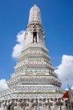 Stupa et statue au temple de Wat Arun à Bangkok Photographie stock libre de droits