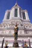 Stupa et statue au temple de Wat Arun à Bangkok Photo stock