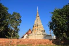 Stupa et temple à la poussée de Wat reposée Photo libre de droits