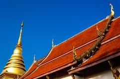 Stupa et Wat Nan d'or, Thaïlande Photo stock