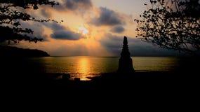 Stupa för Coloful solnedgångbehinh vid sjösidan fotografering för bildbyråer