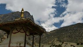 Stupa in feront le mountains nel Nepal Immagini Stock Libere da Diritti
