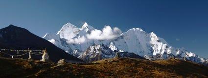 Stupa in het Himalayagebergte royalty-vrije stock foto