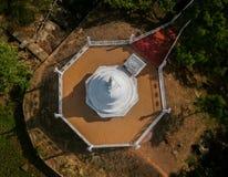 Stupa i świątynia z jeziorem w sri lance Zdjęcia Royalty Free