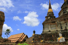 Stupa i Buddha statuy Obrazy Stock