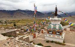 Stupa i den Padum byZanskar floden och den Padum kloster Arkivbilder
