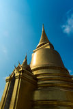 Stupa im Buddhismus auf blauem Himmel stockbild