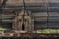 Stupa incompleto della pagoda di Mingun, Mandalay, regione di Sagaing, Myanmar immagine stock