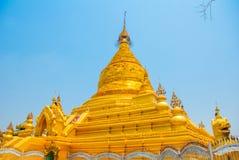 金黄stupa Kuthodaw塔在曼德勒,缅甸 缅甸 库存照片