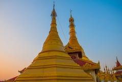 金黄stupa Kyaik Tan Lan 老Moulmein塔 毛淡棉,缅甸 缅甸 库存图片