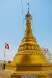 金黄stupa Kyauk Kalat塔 毛淡棉, Hha-an 缅甸 缅甸 免版税图库摄影