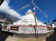 Stupa med bönflaggor Arkivbilder