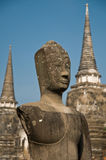Stupa met Boedha staue stock afbeelding