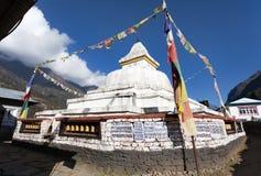 Stupa mit Gebetsflaggen und -rädern Lizenzfreie Stockfotografie