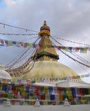 Stupa mit tibetanischen Flaggen Stockfoto
