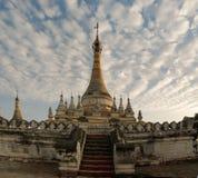 Stupa nahe Maha Aungmye Bonzan-Tempel bei Sonnenuntergang, Ava Myanmar Lizenzfreie Stockfotografie