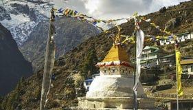 Stupa observa las montañas de Villae Nepal Himalaya del bazar de Namche de la estatua fotos de archivo