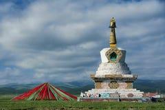 Stupa och bönflaggor Royaltyfria Bilder