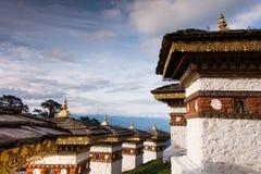108 Stupa på det Dochula passerandet Fotografering för Bildbyråer