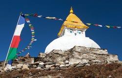 Stupa perto da vila de Dingboche com bandeiras da oração Imagem de Stock Royalty Free