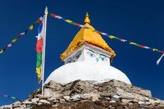 Stupa près de village de Dingboche avec des drapeaux de prière Images libres de droits