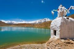 Stupa Pristine berg buddist Dhankar för Lake royaltyfria bilder