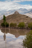 Stupa rispecchiato in Ladakh immagini stock