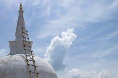 Stupa Ruwanwelisaya с бамбуковой лестницей, Anuradhapura, Lan Sri Стоковые Изображения RF