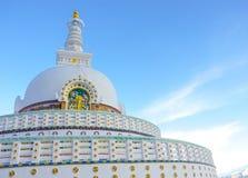 Взгляд высокорослого stupa Shanti с ясным небом в Leh, Ladakh, norther стоковые изображения