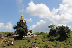 Stupa su una roccia Fotografia Stock Libera da Diritti