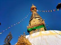Stupa Swayambhunath mit Augen und blauem Himmel stockfotografie