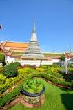 Stupa tailandês no fundo de um templo budista que se afogasse no projeto verde da paisagem Imagem de Stock