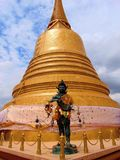 Stupa thaïlandais d'or image stock