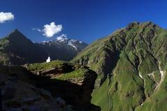 Stupa tibetano blanco encima de la montaña con el backgr de la alta montaña Foto de archivo libre de regalías