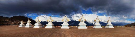 Stupa tibetano con il Mountain View immagine stock