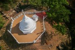 Stupa und Tempel mit See in Sri Lanka Lizenzfreies Stockbild