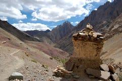 Stupa velho ao lado do trajeto em Ladakh Imagem de Stock