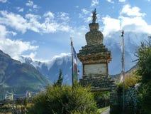 Stupa w Julu wiosce 3 w chmurach i Annapurna, Nepal Fotografia Royalty Free
